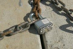 锁在两个链子之间 库存照片