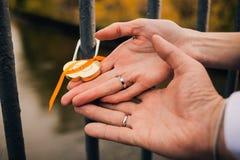 锁在新婚的夫妇的手上 图库摄影