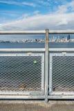 锁在有西雅图地平线的篱芭 库存照片