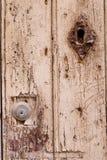 锁在被风化的木门 免版税库存图片
