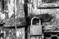 锁在黑白的门 库存照片