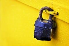 锁在黄色 免版税库存图片
