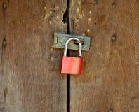 锁垂悬在挂锁有木背景 免版税库存照片