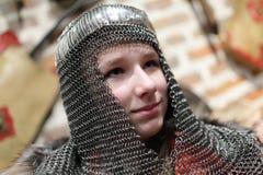 锁子甲盔甲的女孩 免版税库存图片
