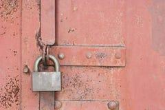 锁定在一个老红色门 免版税库存照片