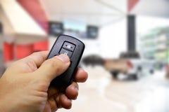 锁并且打开有遥远的钥匙的汽车 免版税图库摄影