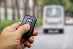 锁并且打开有遥远的钥匙的汽车 库存照片