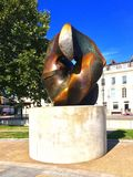 锁片断的亨利・摩尔雕塑 免版税库存图片