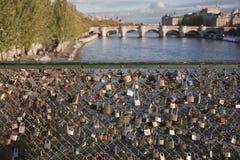 锁由恋人离开在艺术桥在巴黎 免版税库存图片