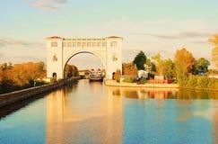 锁的看法在伏尔加河的在Uglich附近 秋天蓝色长的本质遮蔽天空 库存照片