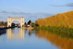 锁的看法在伏尔加河的在Uglich附近 秋天蓝色长的本质遮蔽天空 免版税图库摄影