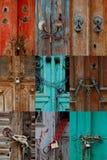锁着的生锈的古色古香的门 库存图片