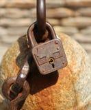 锁链子的生锈的挂锁 免版税图库摄影