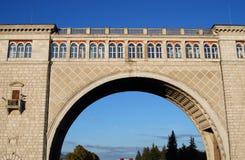 锁& x28; 水坝spillway& x29;在伏尔加河 蓝天结构树 免版税库存图片