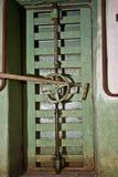 锁从老被放弃的苏维埃里边的生锈的密封门 免版税库存照片
