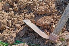 锄和土壤 免版税图库摄影