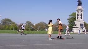 锄的,普利茅斯溜冰者女孩 免版税库存照片