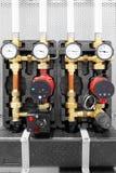 锅炉房子的设备, -阀门,管,压力表 库存图片