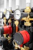 锅炉房子的设备, -阀门,管,压力表 库存照片