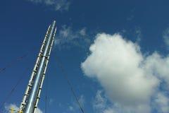 锅炉管子和天空 库存照片