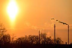 从锅炉管子的烟在日落 33c 1月横向俄国温度ural冬天 免版税库存图片