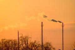 从锅炉管子的烟在日落 33c 1月横向俄国温度ural冬天 图库摄影