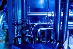 锅炉设备热化测压器现代传递途径泵房系统阀门浇灌 管道,水泵,阀门,测压器 免版税库存照片