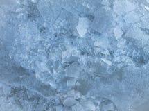 锋利的冰碎片冬天背景,结冰的水 免版税图库摄影