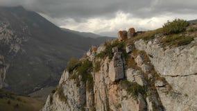 锋利的岩石的鸟瞰图在切格姆峡谷 卡巴尔达-巴尔卡里亚共和国俄罗斯 秋天夏天 空中全景 股票录像