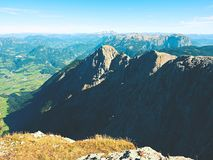 锋利的阿尔卑斯峰顶,没有人的岩石 在高山岩石的看法在对远的天际的深刻的vallyes上 免版税库存照片