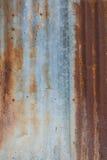锌墙壁毁坏了和生锈 免版税库存图片
