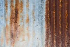 锌墙壁毁坏了和生锈 免版税图库摄影