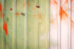 锌墙壁,生锈的锌难看的东西 库存照片