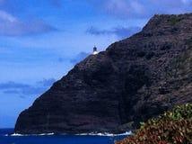 锐化在岩石峭壁的灯塔毗邻太平洋 免版税库存照片
