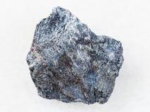 锑在白色的矿石(辉锑矿)石头 库存照片