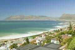错误海湾和印度洋、俯视的圣詹姆斯和鱼Hoek高的看法,在开普敦外面,南非 免版税库存照片