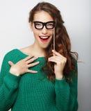 戴错误眼镜的可爱的嬉戏的少妇 库存图片