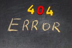 404错误-消息手写与在黑板的白色白垩 免版税库存照片