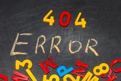 404错误-消息手写与在黑板的白色白垩 免版税图库摄影