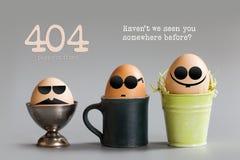 错误404页没被找到的概念 与坐在杯子的黑眼睛玻璃的滑稽的蛋字符用桶提 灰色纸张 免版税库存图片