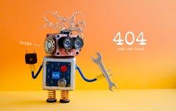 错误404页没被找到的概念 有手板钳的友好的疯狂的机器人杂物工在橙黄背景 免版税库存照片