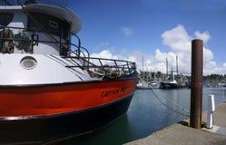 锚点钓鱼海滨广场yaquina的海湾小船 免版税图库摄影