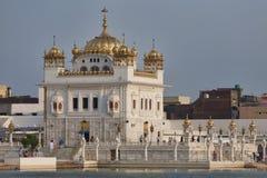 锡克教徒的日落taran小湖寺庙 免版税库存图片