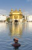 锡克教徒的祷告在金黄寺庙池塘在阿姆利则,旁遮普邦,印度。 免版税库存图片