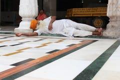 锡克教徒睡着在Panjab的阿姆利则寺庙 对午睡的需要 免版税库存照片