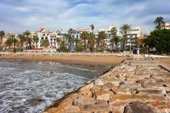 锡切斯镇地平线和海码头在西班牙 库存照片