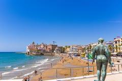 锡切斯, CATALUNYA,西班牙- 2017年6月20日:一名赤裸妇女的雕塑江边的 复制文本的空间 免版税库存图片