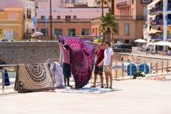 锡切斯, CATALUNYA,西班牙- 2017年6月20日:布料的卖主在沿海岸区的 库存图片