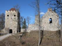 锡古尔达城堡废墟 免版税库存照片