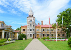 锡古尔达新的城堡和公园 拉脱维亚 免版税库存图片